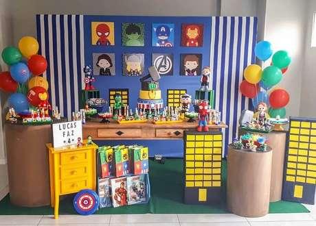 64. Ideias para festa dos Vingadores com balões coloridos – Foto: Ateliê Jubi Decor