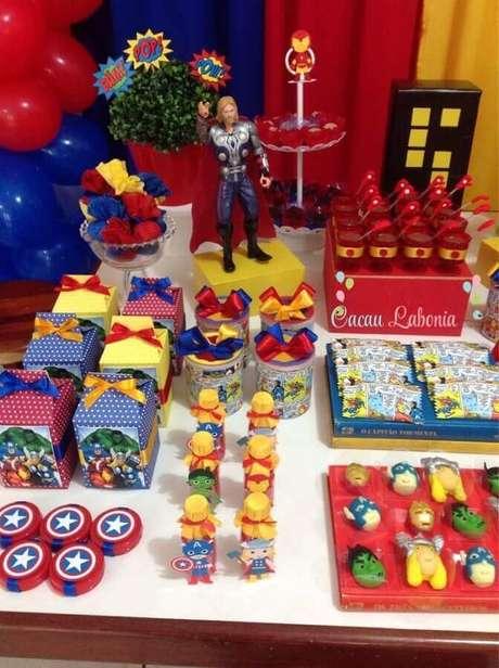 66. Ideias para festa dos Vingadores com caixinhas personalizadas para mesa de doces – Foto: Why Santa Claus