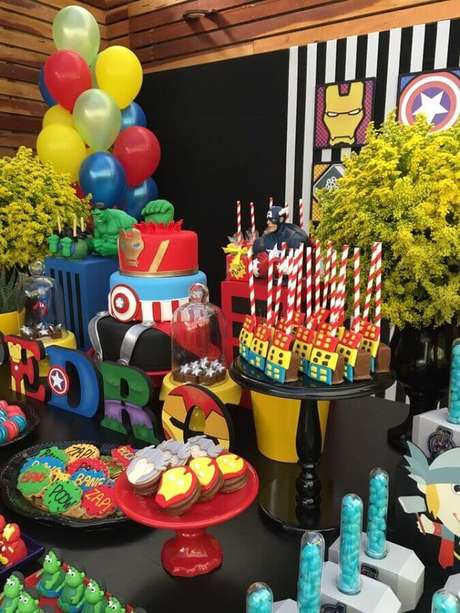 68. Mesa de doces decorada pra festa dos Vingadores – Foto: Blog Encontrando Ideias