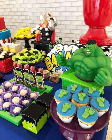 69. Detalhes de mesa de doces decorada para festa dos Vingadores – Foto: Mimos & Design
