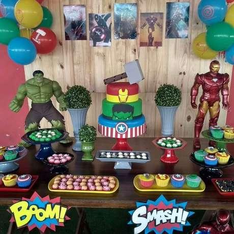 70. Mesa de doces para festa dos Vingadores simples – Foto: Lea Criar e Decorar