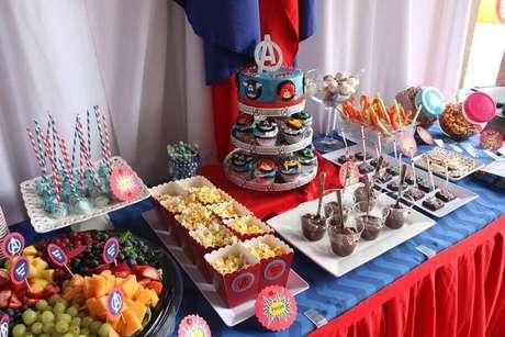 71. Mesa decorada para festa dos Vingadores com vários docinhos – Foto: Catch My Party