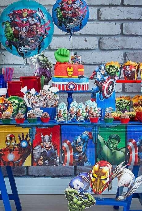 72. Mesa decorada para festa infantil dos Vingadores – Foto: Mamãe & Cia