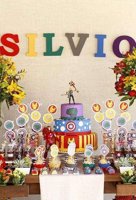 73. Mesa decorada para festa infantil dos Vingadores – Foto: Pinterest