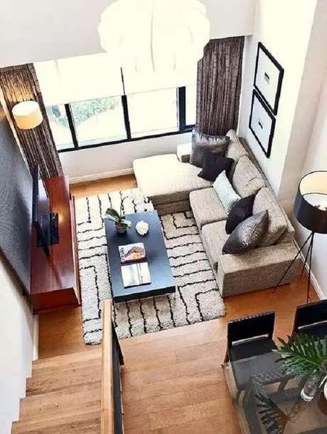 42. O piso laminado de madeira dá um toque rústico e combina perfeitamente com o sofá de linho. Fonte: Viver em Casa