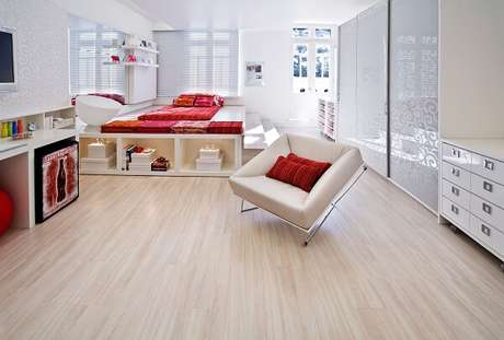 43. O piso claro laminado foi usado como revestimento para o chão do quarto. Fonte: RC Pisos
