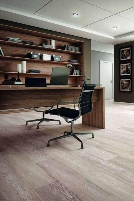 44. O piso laminado no escritório imprime um toque de requinte e bom gosto no ambiente. Fonte: Pinterest