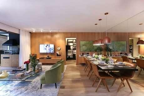 2. Ambiente integrado com parede espelhada e piso laminado. Fonte: Habitissimo