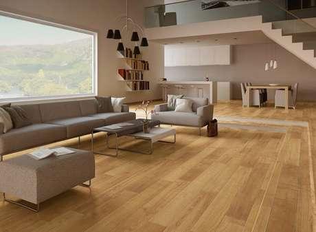 48. O piso laminado foi utilizado em toda a área da sala. Fonte: Pinterest