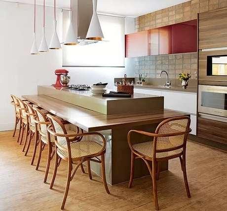 50. O piso laminado reveste toda a área da cozinha. Fonte: Dcore Você