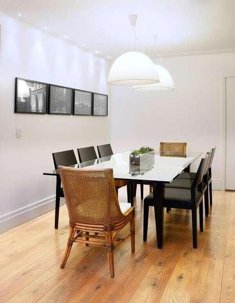 52. Sala de jantar sofisticado com piso laminado. Fonte: Pinterest