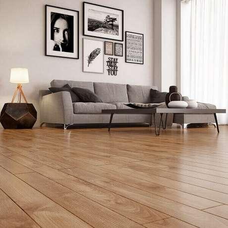 53. Sala de estar com piso laminado e sofá cinza 3 lugares. Fonte: Pinterest