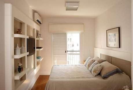 61. Quarto de casal com móvel em marcenaria branca e piso laminado. Projeto por Nice De Cara Arquitetura