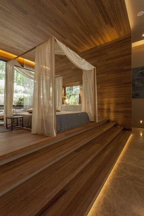 62. Quarto de casal com piso de madeira laminado. Projeto por Denise Barretto