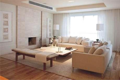 63. Sala de estar com lareira e piso laminado. Fonte: Art Maison