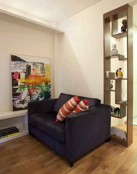 64. Sala de estar pequena com piso claro laminado. Projeto por Adriana Fontana
