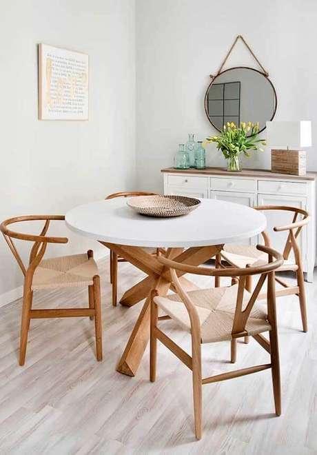 1. Sala de jantar com mesa redonda e piso laminado claro. Fonte: Pinterest
