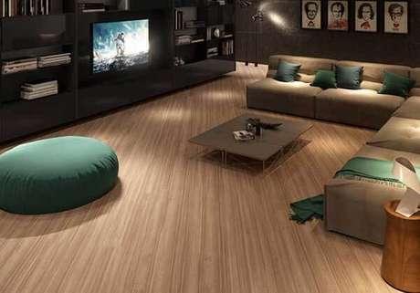 66. Sala de Tv com puff e piso laminado claro. Fonte: Pinterest