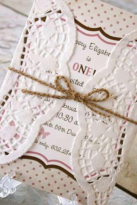 59. Convite de aniversário infantil com detalhes em renda doille – Foto: Pinterest