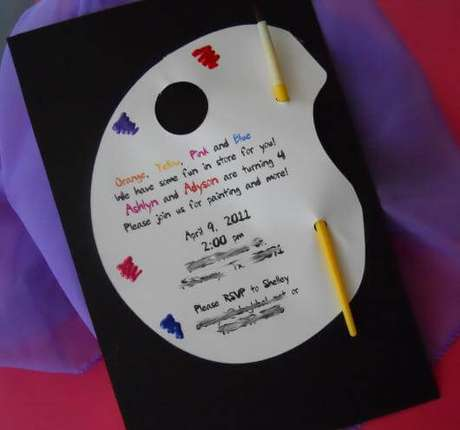 9. Convite de aniversário infantil criativo colorido – Foto: Festas