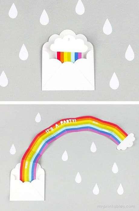 10. Convite de aniversário infantil e criativo do arco íris – Foto: Dicas da Japa