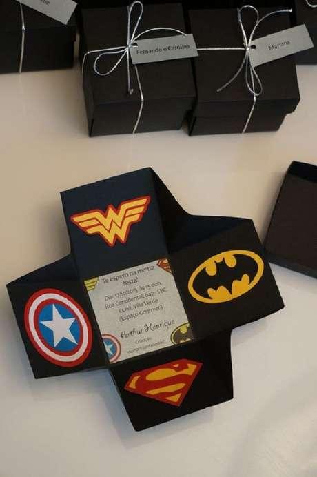 22. Convite de aniversário infantil de super heróis – Foto: Revista Artesanato
