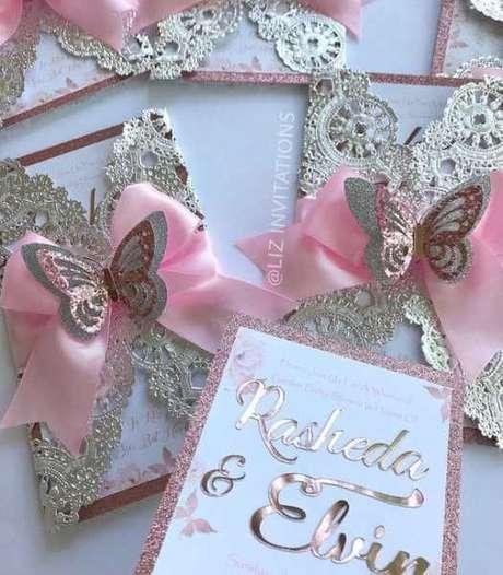 40. Convite de aniversário infantil rosa e dourada – Foto: Mamães e Bebês