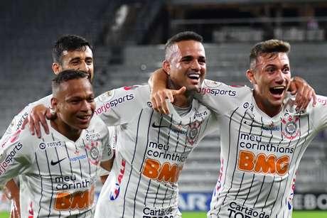 Luan (centro) marcou os gols da vitória corintiana.