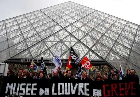 Trabalhadores em greve bloqueiam entrada do Museu do Louvr em Paris. REUTERS/Gonzalo Fuentes