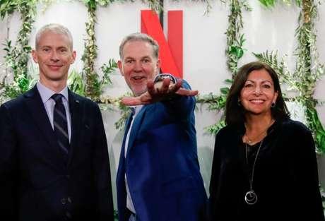 Franck Riester, ministro da Cultura da França, Reed Hastings, co-fundador e CEO da Netflix, e Anne Hidalgo, prefeita de Paris, participam da inaguranção do novo escritório da Netflix em Paris 17/01/2020 REUTERS/Gonzalo Fuentes