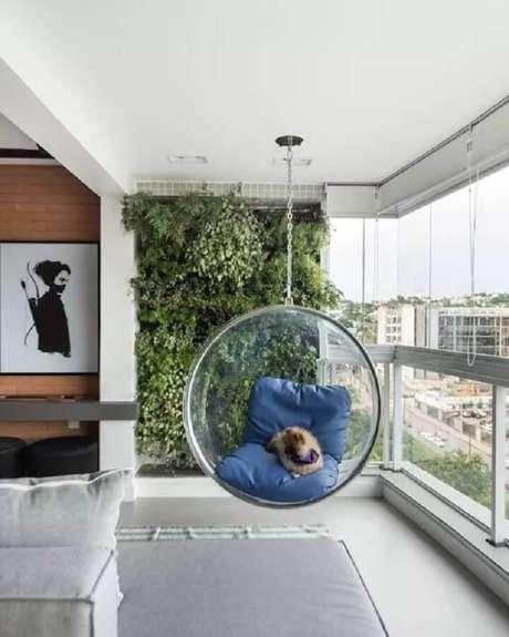 7. Decoração para varanda com cadeira de balanço redonda de acrílico – Foto: Pinterest