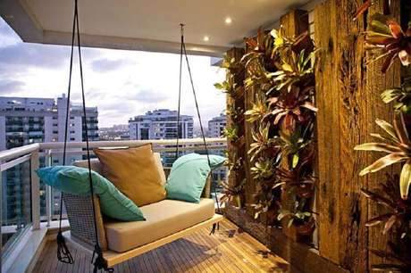 9. A cadeira de balanço para varanda garante um ambiente bonito e muito confortável – Foto: Pinterest