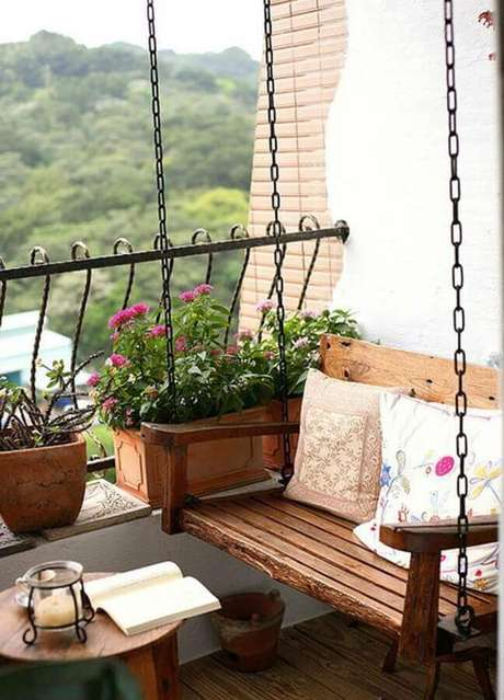 10. Decoração com cadeira de balanço para varanda simples com guarda corpo de ferro – Foto: We Heart It