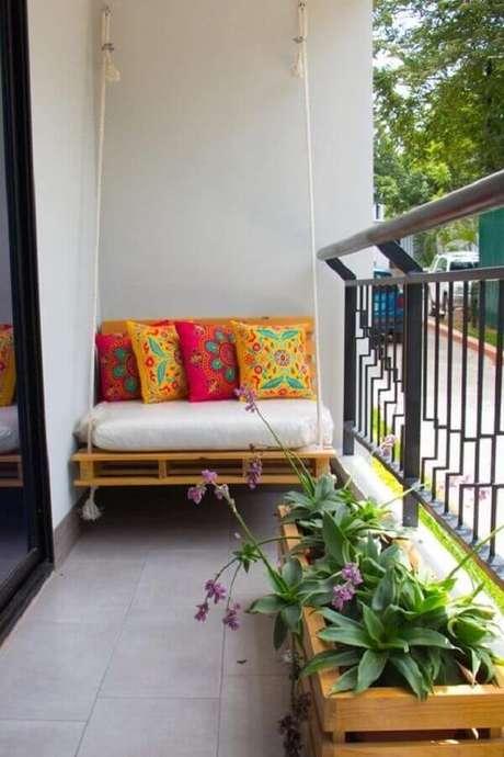 11. Decoração simples com cadeira de balanço para varanda pequena – Foto: M de Mulher