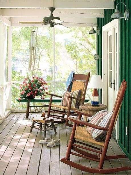12. Modelo de cadeira de balanço para varanda simples – Foto: Pinterest