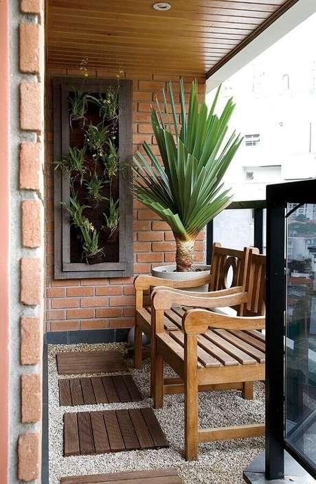 13. Modelo de cadeira para varanda pequena e rústica – Foto: Jeito de Casa