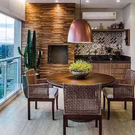 22. Cadeiras para varanda de apartamento com mesa redonda de madeira – Foto: Pinterest