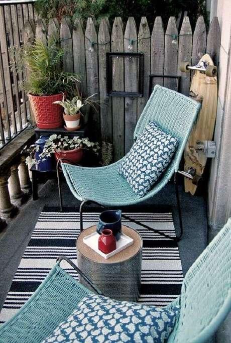 24. Decoração simples e rústica com cadeiras para varanda – Foto: Brit+Co