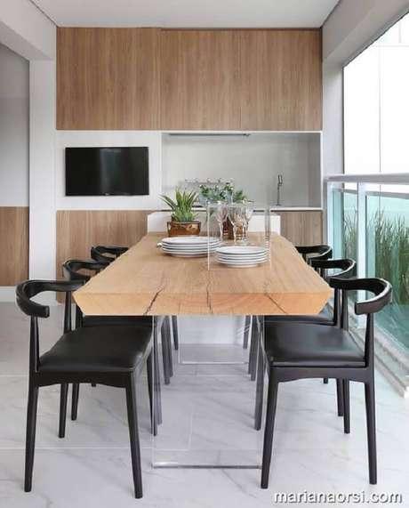 25. Decoração moderna com cadeiras para varanda de apartamento – Foto: Mariana Orsi
