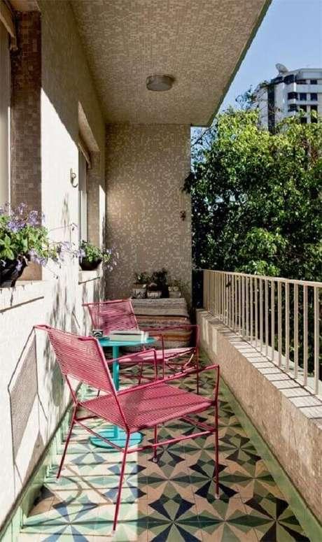 27. Cadeiras simples para decoração de varanda pequena – Foto: Pinterest