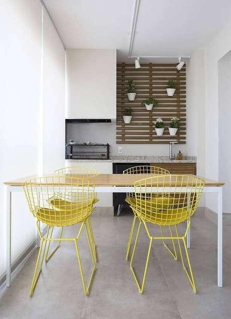 29. Decoração clean com jogo de cadeiras para varanda moderna com churrasqueira – Foto: Decorare