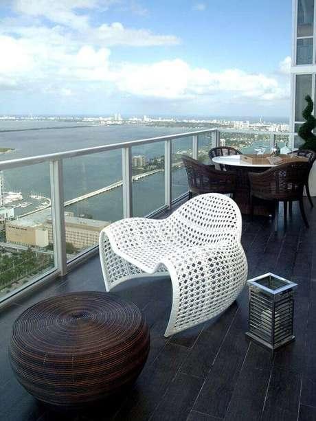 30. Design arrojado de cadeira branca para varanda moderna – Foto: Pinterest
