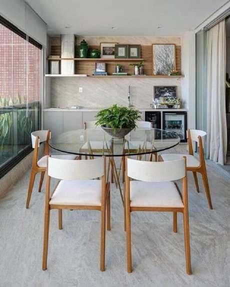 32. Jogo de cadeira para varanda moderna com mesa de vidro – Foto: Dicas de Mulher