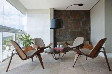 6. Modelo de jogo de cadeiras para varanda ampla e moderna – Foto: Casa de Valentina