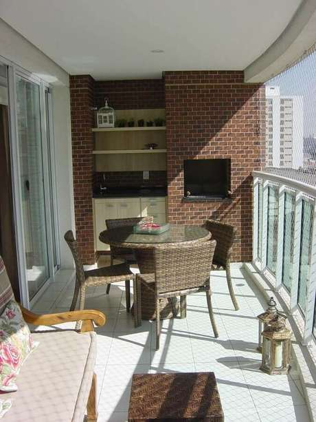 36. Mesa e cadeira para varanda gourmet de apartamento com churrasqueira – Foto: Dcore Você