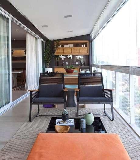 37. Jogo de cadeiras para varanda de apartamento moderno – Foto: In House