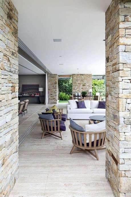 4. Para escolher as cadeiras para varanda primeiro é preciso observar o estilo do ambiente e o material da cadeira – Foto: ArchDaily