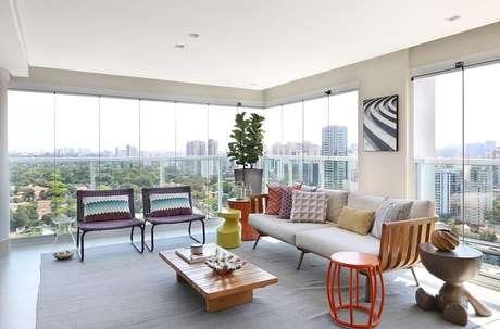 40. Jogo de cadeiras para varanda grande e moderna de apartamento – Foto: Karen Pisca