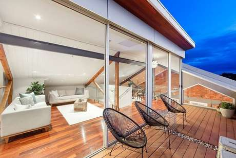 42. Jogo de cadeiras para varanda moderna – Foto: Nelson Alexander
