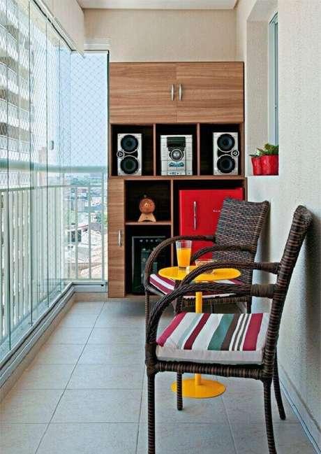 44. Jogo de cadeiras para varanda pequena – Foto: Arquitrecos